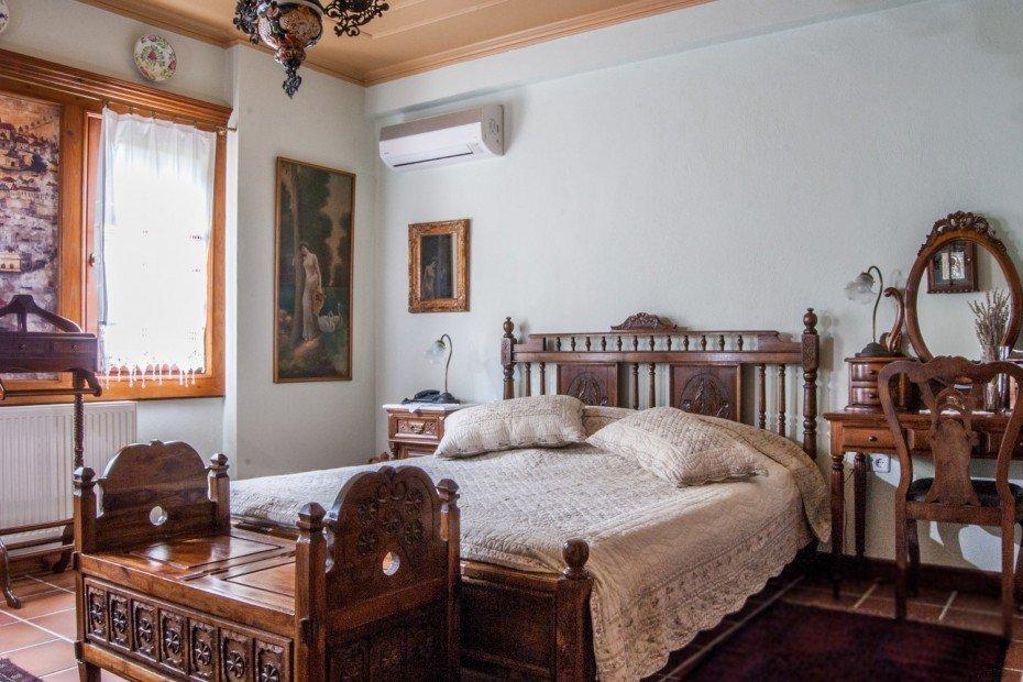 ... Wänden Mit Den Hölzernen Fenstern Und Die Traditionelle Decke  Dominieren. Der Farbton Der Wände Ist Sehr Hell Grün Und Die Decke Ist Beige  Olivengrün.