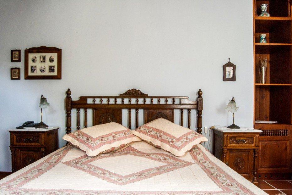 Der Farbton An Den Wänden Ist Hellblau Und Auf Der Decke Irdisch Beige. Der  Boden Besteht Aus Natürlichen Fliesen Vom Cotto Typ.